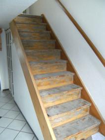 Bild einer alten Treppe vor der Renovierung