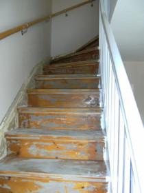Bild einer unrenovierten Treppe